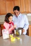 El cocinar de la muchacha y de la madre Imagen de archivo libre de regalías