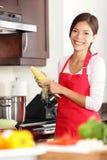 El cocinar de la mujer de la cocina foto de archivo