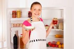 El cocinar de la mujer joven Fotos de archivo libres de regalías