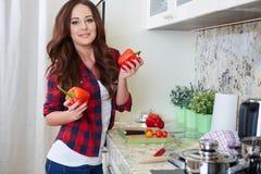 El cocinar de la mujer joven Alimento sano Fotografía de archivo libre de regalías