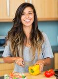 El cocinar de la mujer joven. Comida sana Foto de archivo