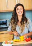 El cocinar de la mujer joven. Comida sana Foto de archivo libre de regalías