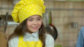 El cocinar de la niña almacen de metraje de vídeo
