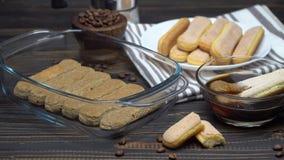 El cocinar de la torta del Tiramisu - galletas y caf? de los melindres de Savoiardi del italiano almacen de metraje de vídeo