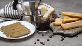 El cocinar de la torta del Tiramisu - galletas y caf? de los melindres de Savoiardi del italiano almacen de video