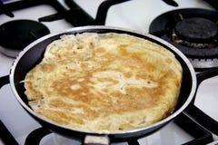 El cocinar de la tortilla de huevos Foto de archivo libre de regalías
