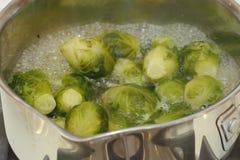 El cocinar de las coles de Bruselas Fotos de archivo