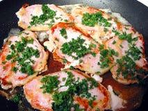 El cocinar de las tajadas de cerdo. Foto de archivo