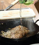 El cocinar de los anillos de la carne de vaca y de cebolla Foto de archivo