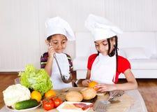 El cocinar de los cabritos Imagen de archivo