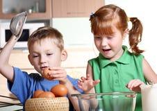 El cocinar de los niños Imagen de archivo libre de regalías