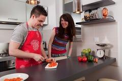 El cocinar de los pares en cocina Foto de archivo