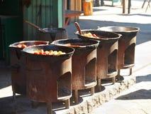 El cocinar de platos tártaros en café al aire libre Fotografía de archivo libre de regalías