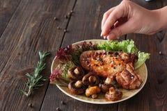 El cocinar del filete Carne asada a la parilla con las verduras frescas Fotos de archivo