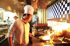 El cocinar del flambe del cocinero Foto de archivo libre de regalías