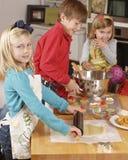 El cocinar del hermano y de las hermanas Imagen de archivo