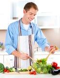El cocinar del hombre joven Imágenes de archivo libres de regalías