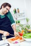 El cocinar del hombre joven Fotos de archivo libres de regalías
