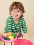 El cocinar del niño finge la comida Foto de archivo libre de regalías