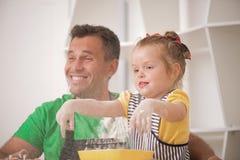 El cocinar del padre y de la hija Fotos de archivo