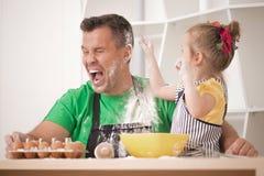 El cocinar del padre y de la hija Foto de archivo