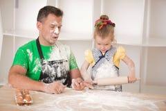 El cocinar del padre y de la hija Fotografía de archivo