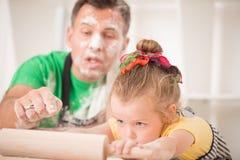 El cocinar del padre y de la hija Foto de archivo libre de regalías