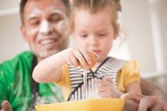 El cocinar del padre y de la hija Imagen de archivo