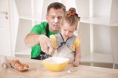 El cocinar del padre y de la hija Fotografía de archivo libre de regalías