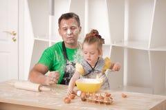 El cocinar del padre y de la hija Imagen de archivo libre de regalías