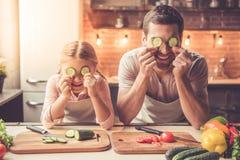 El cocinar del padre y de la hija fotos de archivo libres de regalías