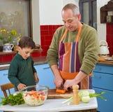 El cocinar del padre y del niño Imagenes de archivo
