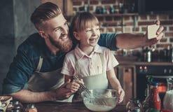 El cocinar del papá y de la hija foto de archivo