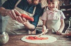 El cocinar del papá y de la hija imagenes de archivo