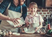 El cocinar del papá y de la hija imagen de archivo libre de regalías