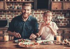 El cocinar del papá y de la hija fotografía de archivo