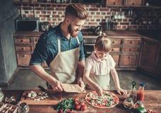 El cocinar del papá y de la hija fotos de archivo