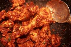 El cocinar del pollo de los chiles Imagenes de archivo