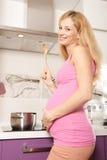 El cocinar embarazado Imagen de archivo