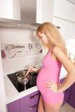 El cocinar embarazado Imagen de archivo libre de regalías
