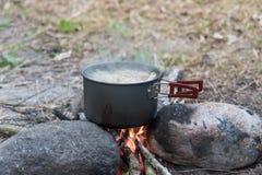 El cocinar en condiciones de campo Fotos de archivo