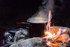 El cocinar en condiciones de campo imagenes de archivo