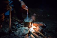 El cocinar en condiciones de campo Imagen de archivo libre de regalías