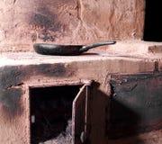 El cocinar en el horno ardiente de madera Imagen de archivo libre de regalías
