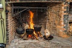 El cocinar en hogar abierto imagen de archivo libre de regalías