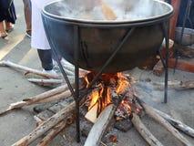 El cocinar en la caldera almacen de metraje de vídeo