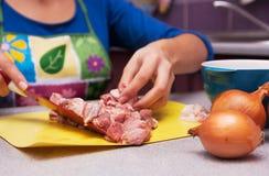 El cocinar en la cocina Imagenes de archivo