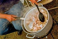 El cocinar en la estufa de gas al aire libre Fotos de archivo