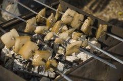 El cocinar en la naturaleza Tocino sabroso de la asación en el brasero con la hoguera y el carbón fotos de archivo
