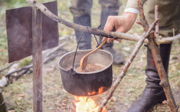 El cocinar en pote en el fuego Fotografía de archivo